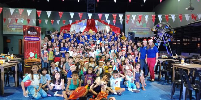 "The children beneficiaries of Barangay Bangkal with their ""kuyas"" and ates"" after the DMCI Homes Christmas Blowout 2018."