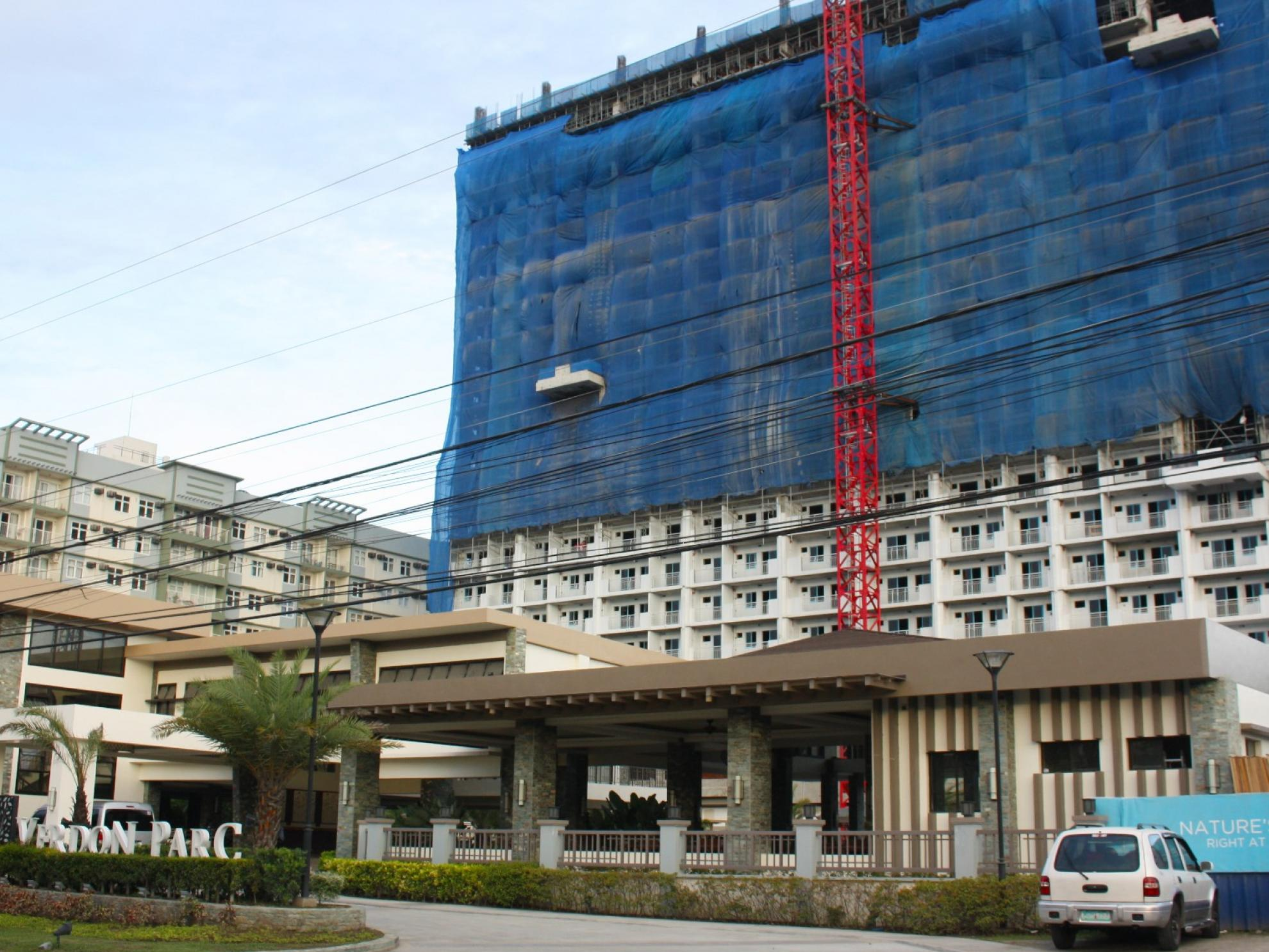 DMCI Homes tops off second building of Davao development